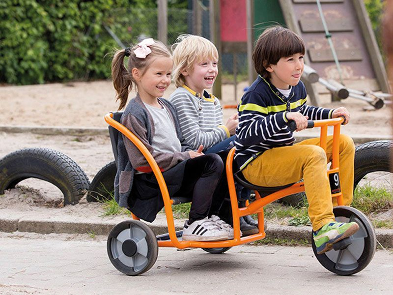 Twin Taxi activ with happy kids on the playground
